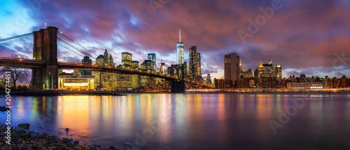 Tuinposter Amerikaanse Plekken Brooklyn bridge and Manhattan after sunset, New York City
