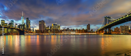 Tuinposter Amerikaanse Plekken Brooklyn bridge and Manhattan bridge after sunset, New York City