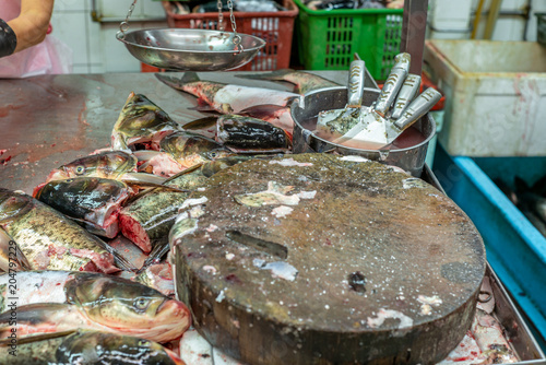 Photo  Heap of colorful fresh fish heads at the Singapore wet market in China Town - 2