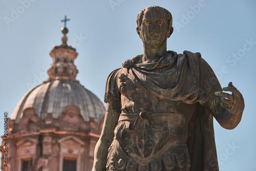 Fotografía  Rome, Bronze statue of emperor Julius Caesar, in the background the dome of  Sai