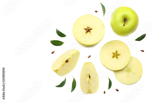 Fotografia green apples with slices isolated on white background. top view