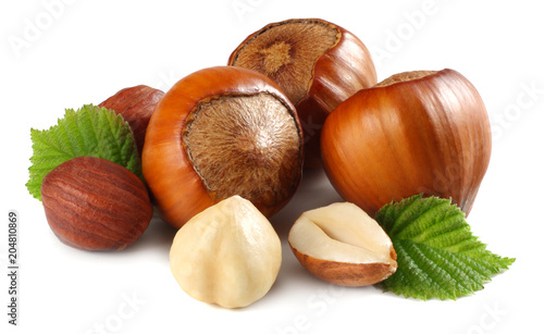 Fotografía hazelnuts with leaves isolated on white background. macro