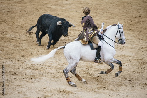 Foto op Plexiglas Stierenvechten Corrida. Matador and horse Fighting in a typical Spanish Bullfight