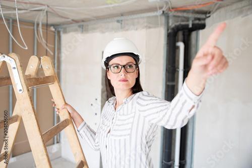 Fotografie, Obraz  Architektin kritisch auf einer Baustelle