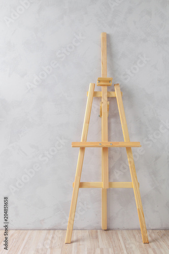 Fotomural Wooden easel in the room
