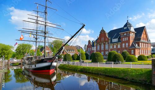 Foto auf Gartenposter Zentral-Europa Papenburg, Museumsschiff und Rathaus