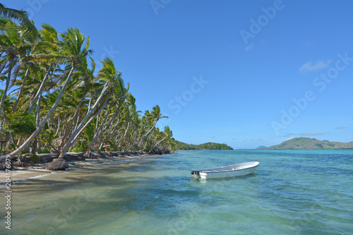 Foto op Plexiglas Eiland White fishing boat on a tropical island Fiji