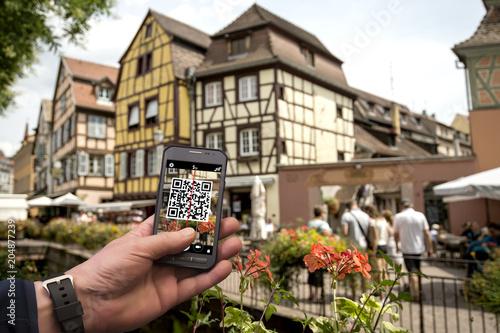 Fotografía  Turismo consapevole con smartphone e qr code