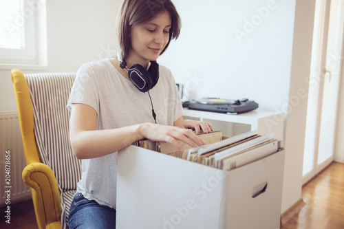 Photo Young audiophile browses through a selection of vintage records