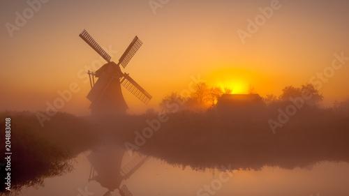 Plakat Historyczny holenderski wiatrak wzdłuż kanału