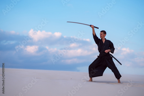 In de dag Vechtsport Man is practicing with a Japanese sword - a katana