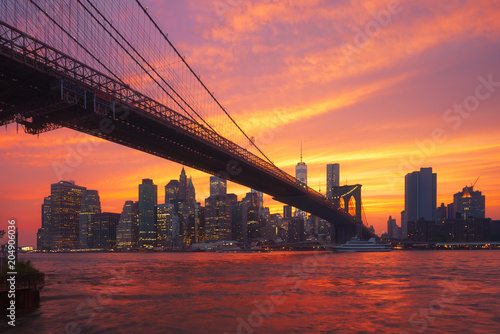In de dag New York City New-York skyline and Brooklyn bridge at sunset