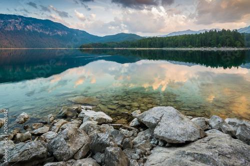 Morgendämmerung am Eibsee in den Alpen im Sommer