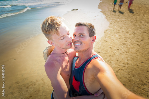 Papiers peints Chien de Crazy gay couple in love at the beach
