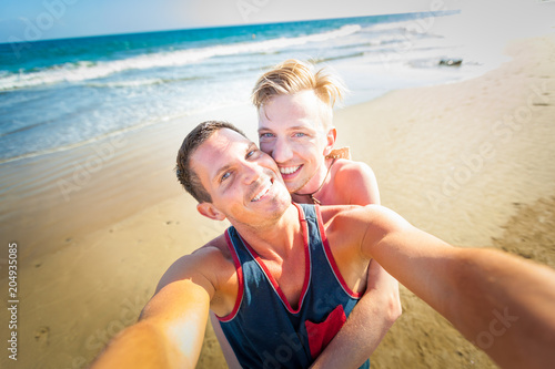 Foto op Plexiglas Crazy dog gay couple in love at the beach