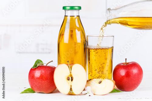 Papiers peints Apfelsaft einschenken eingießen eingiessen Apfel Saft Äpfel Flasche Fruchtsaft Textfreiraum