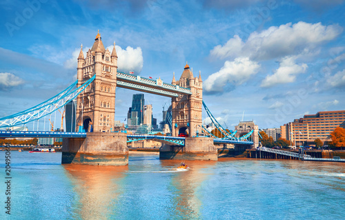 Photo  Tower Bridge on a bright sunny day in Autumn