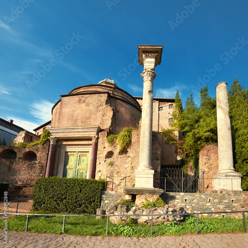 Photo  Ancient church and columns, part of Forum Museum in Rome, Italy