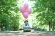 canvas print picture - kleines Mädchen im Holzflieger mit Ballons