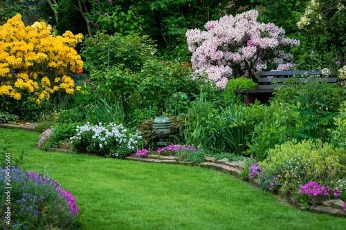 Staande foto Tuin Rhododendron und Azalee im schönen Garten