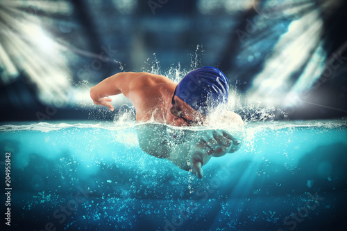 Fotografía  Athlete swims in a blue deep pool