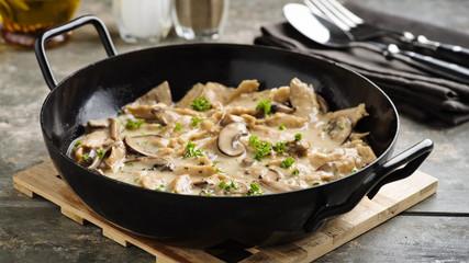 veganes Soja-Geschnetzeltes - soy meat stripes in cream sauce