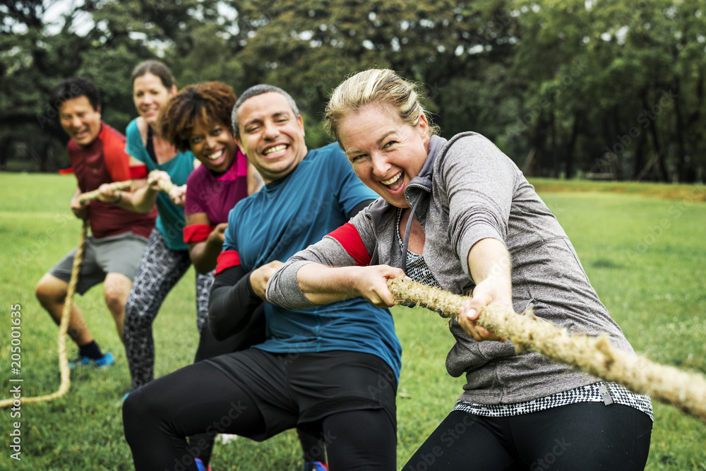 Fototapety, obrazy: Team competing in tug of war