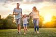 canvas print picture - familie mit tochter rennt und hat spaß
