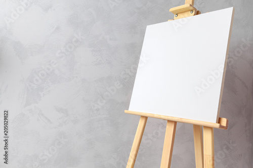 Photo  Wooden easel in the room