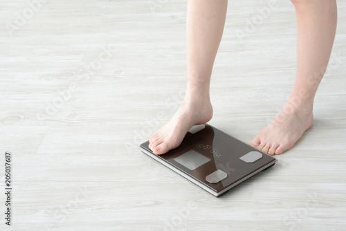 Fotografia  体重計に乗る女性
