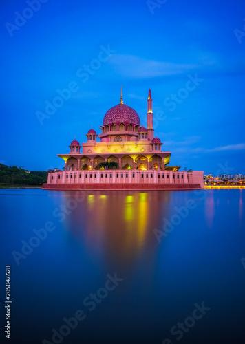 Papiers peints Kuala Lumpur Putra Mosque and Putrajaya Lake in Malaysia at night