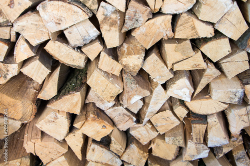 In de dag Brandhout textuur Texture of the firewood. Stacked woodpile.