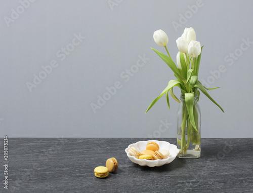 Foto op Aluminium Macarons Sweet macarons alongside fresh tulip flowers