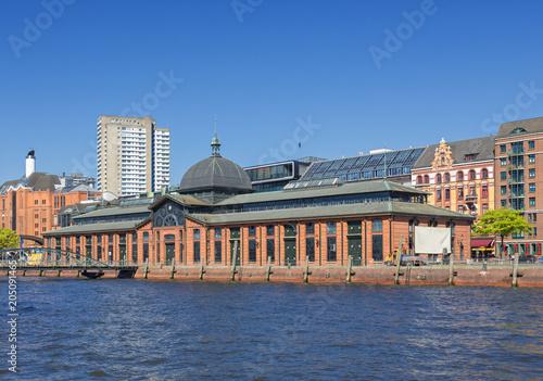 Deurstickers Historisch geb. Historische Fischauktionshalle an der Elbe in Hamburg-Altona