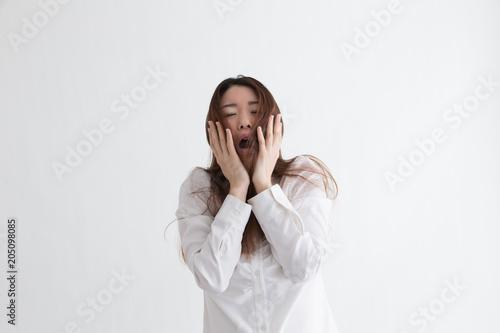 白シャツの女性・白バック Canvas-taulu
