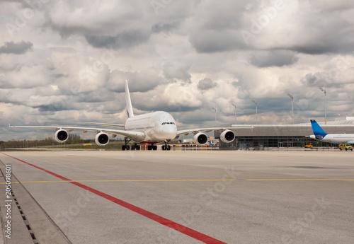 Fotografie, Tablou Großes Passagierflugzeug auf dem Flughafenvorfeld