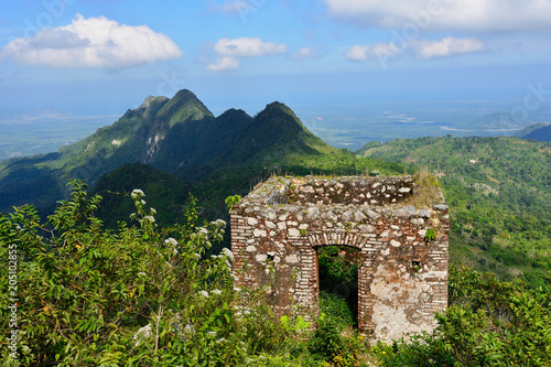 Montage in der Fensternische Befestigung Mountain range over Haiti and remains of the French Citadelle la ferriere built on the top of a mountain
