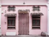 Starożytny, różowy budynek z drewnianymi drzwiami - 205122407