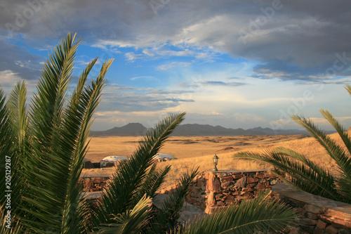 Fotobehang Afrika Ausblick von der Terrasse einer Lodge in Afrika bei aufziehendem Gewitter