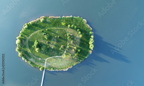mala-zielona-wyspa-na-wodzie-widok-z-lotu-ptaka