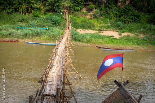 Foto  Bamboo bridge crossing the Nam Kahn River at its confluence with the Mekong Rive