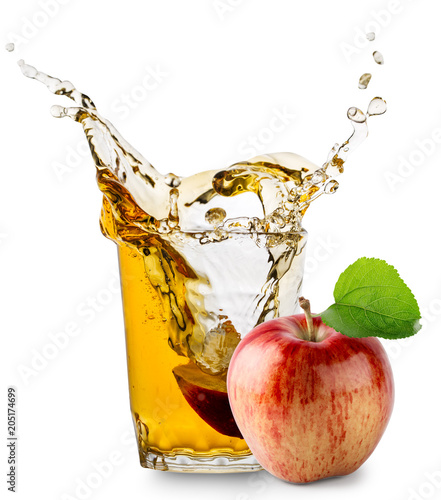 rozbryzgujaca-szklanka-soku-jablkowego-i-jablko-na-bialym-tle