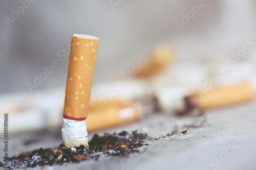 Fényképezés  smoking a cigarette. pulverize the floor.