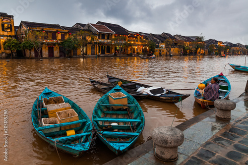 In de dag Asia land Hoi An, Vietnam. Street view with traditional boats on a background of ancient town