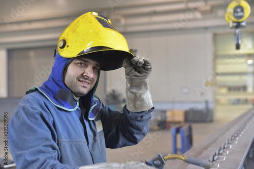Portrait eines Schweißers im Anlagenbau (industrie,industriell,portrait,mann,schweissen, arbeiter,industrie,arbeitskleidung,arbeiten,arbeitsschutz,person,gewerbe,beruf)