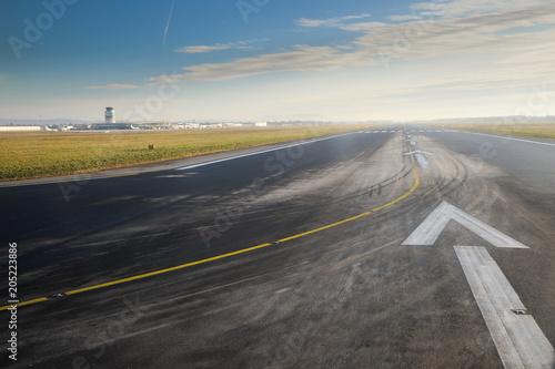 Photo Startbahn Landebahn Pfeile Landschaft Tower Flugzeug Himmel
