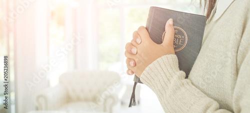 Obraz na płótnie woman hands praying to god with the bible.