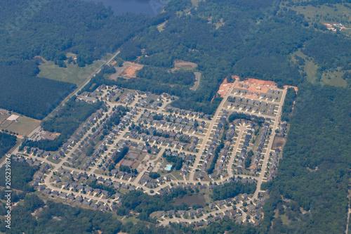Plakat Widok z lotu ptaka na niedrogi mieszkaniowy mieszkaniowy w Gruzja, blisko Atlanta lotniska.