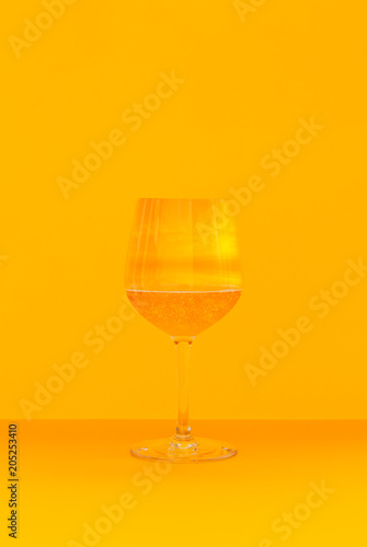 Staande foto Alcohol a glass of a sparkling drink with a summer sky
