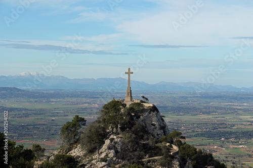 Foto auf AluDibond Himmelblau Sant Salvador Kreuz mit Ausblick